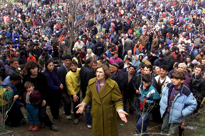Десять тысяч албанских беженцев пытаются попасть на территорию Македонии, 1 апреля 1999 года