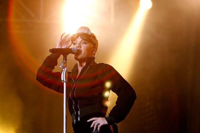 Певица Пинк во время выступления на сцене музыкального фестиваля Sziget в Будапеште, 2007 год