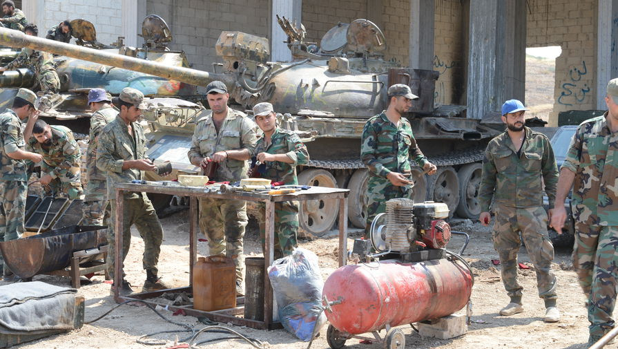 На переднем плане: обслуживание топливных фильтров двигателя В-55 танка Т-55.