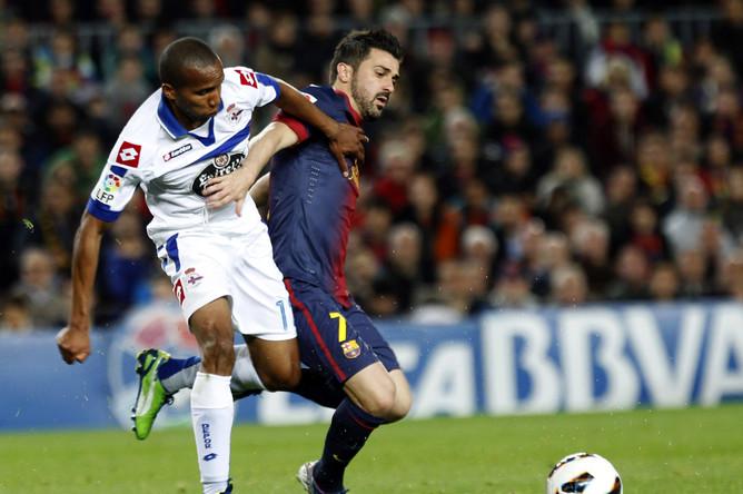 Давид Вилья оттирает соперника от мяча