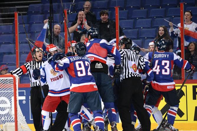 Обе команды играли агрессивно, эмоции кипели на льду.