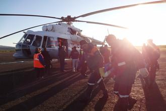 Работа спасателей на месте крушения вертолета в Якутии