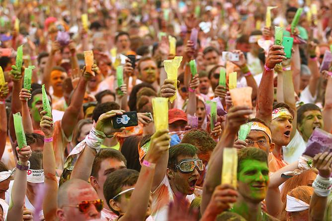Участники третьего этапа подготовки к Московскому марафону «Красочный забег» на территории спорткомплекса «Лужники»