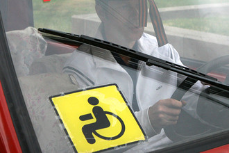 Кто имеет право на наклейку инвалид автомобиле