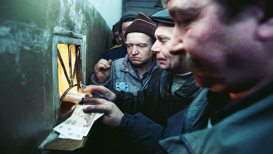 Росстат зафиксировал снижение задолженности по зарплате в России
