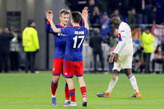 Константин Кучаев и Александр Головин (№17) празднуют гол в ворота ЦСКА