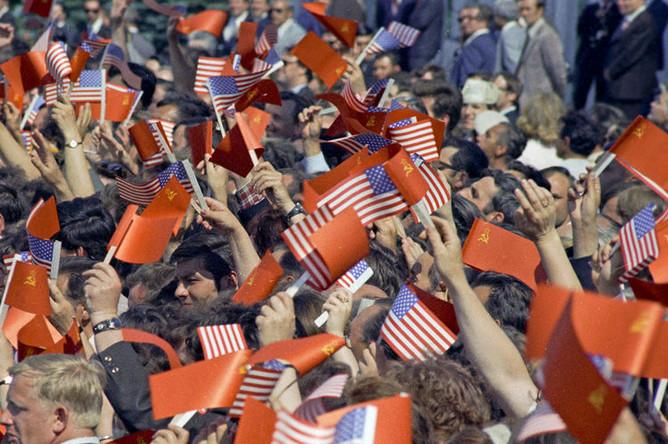 5617557 27.06.1974 Официальный визит Президента США Ричарда Никсона в СССР. 27 июня — 3 июля 1974 г. Москвичи приветствуют президента США Ричарда Никсона на Внуковском аэродроме, 27 июня 1974 года