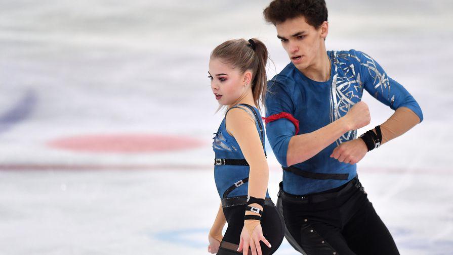 Полина Костюкович и Дмитрий Ялин выступают в короткой программе парного катания на чемпионате России по фигурному катанию в Саранске.