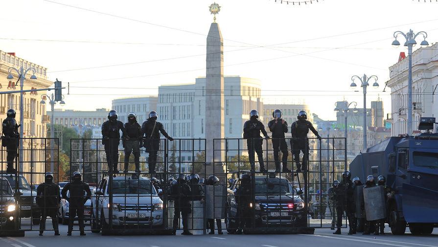 Сотрудники белорусских силовых структур во время масштабной акции протеста в Минске, 20 сентября 2020 года