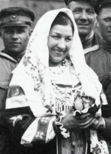 Лидия Русланова и красноармейцы в Берлине, 1945 год