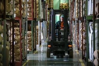 Компании запасаются складами