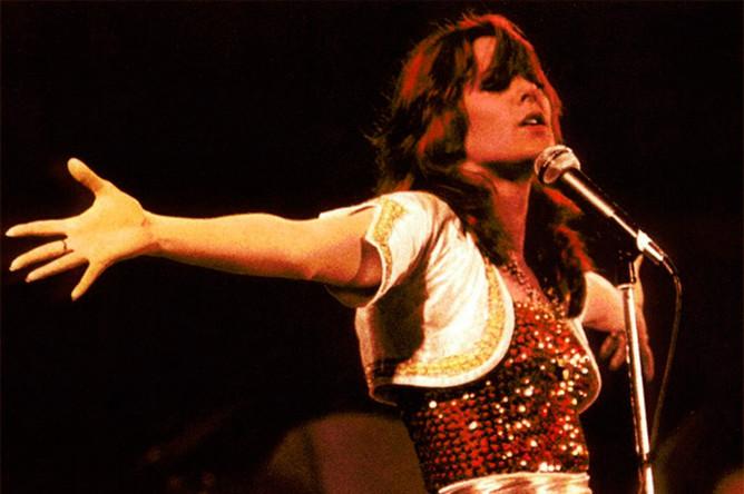 Сценическим псевдонимом певица взяла вторую часть своего настоящего имени — Фрида