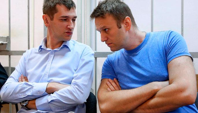 Алексей Навальный и его брат Олег (справа налево), обвиняемые в хищении у косметической компании «Ив Роше» более 26 млн руб., перед заседанием в Замоскворецком суде