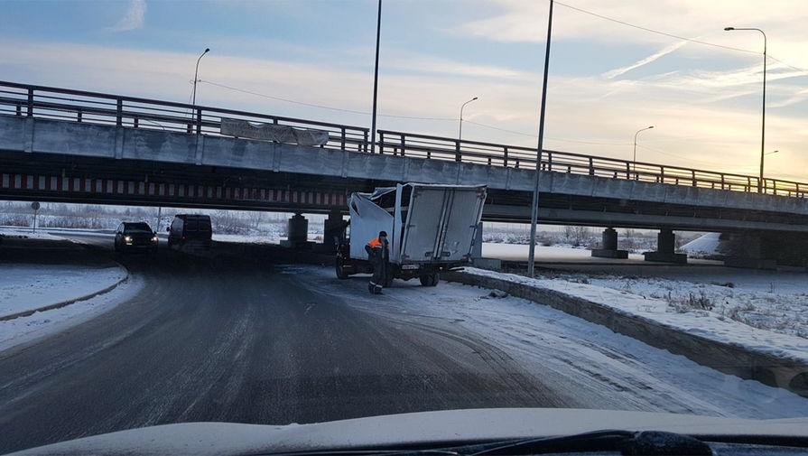 200-я газель застряла под мостом глупости в Петербурге