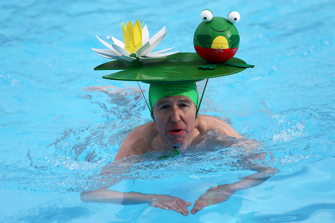 Участник соревнования по плаванию в холодной воде на юге Лондона, Великобритания