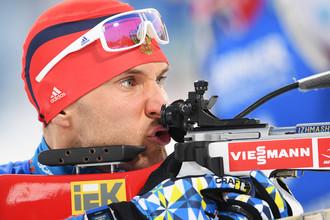 Биатлонист сборной России Евгений Гараничев на огневом рубеже в «стойке»
