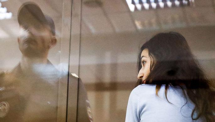 Одна из сестер Кристина Хачатурян, обвиняемая в соучастии в жестоком убийстве своего отца, во время рассмотрения жалобы на арест в Мосгорсуде