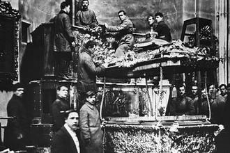 Вскрытие раки Александра Невского для изъятия мощей по постановлению Петроградского Совета, 12 мая 1922 года