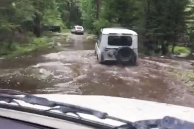 Ситуация на месте происшествия, где автомобиль УАЗ опрокинулся в реку, 12 июля 2019 года