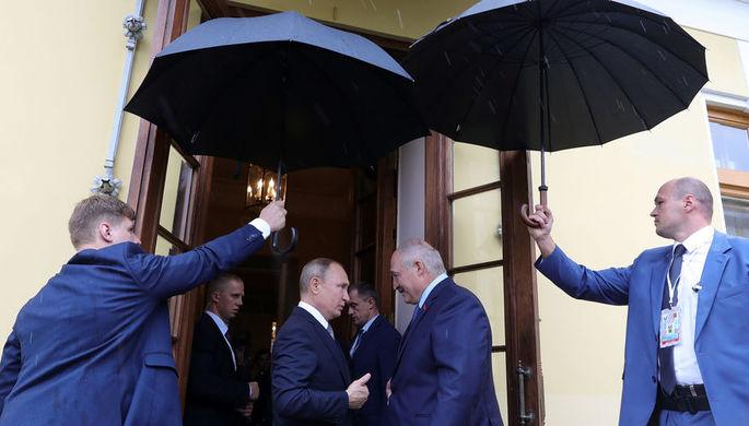 Президент России Владимир Путин и президент Белоруссии Александр Лукашенко после встречи в Таврическом дворце в Санкт-Петербурге, 18 июля 2019 года