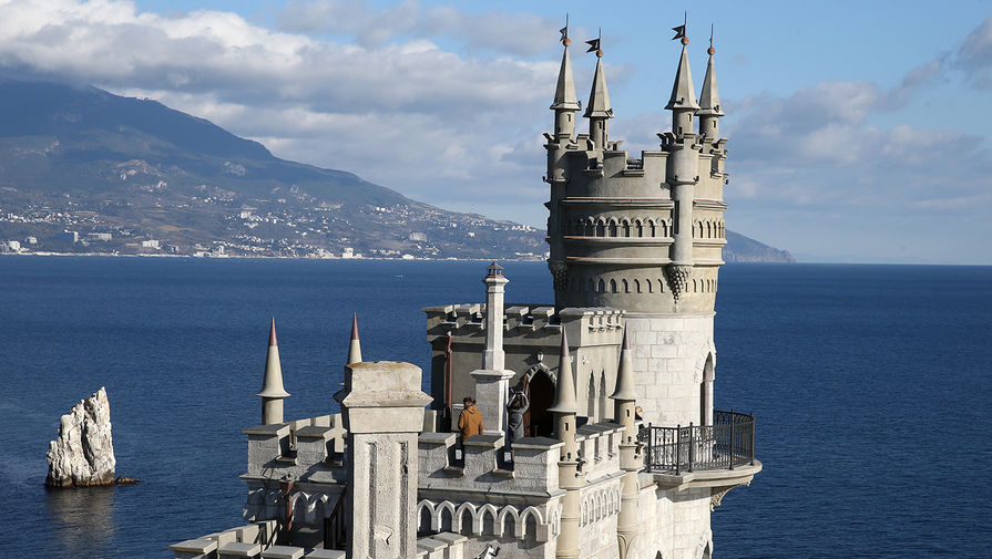 Вид на дворец-замок «Ласточкино гнездо», открытый после реконструкции в Крыму, 25 ноября 2020 года