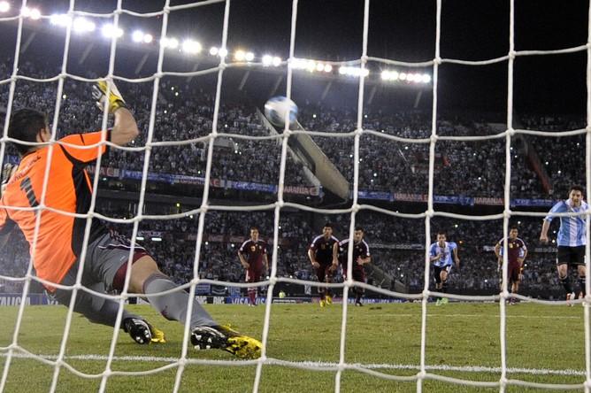 Через мгновение мяч после удара Мессии влетит под перекладину ворот сборной Венесуэлы