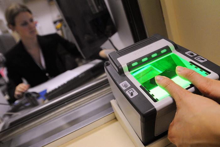 Снятие отпечатков пальцев для получения визы