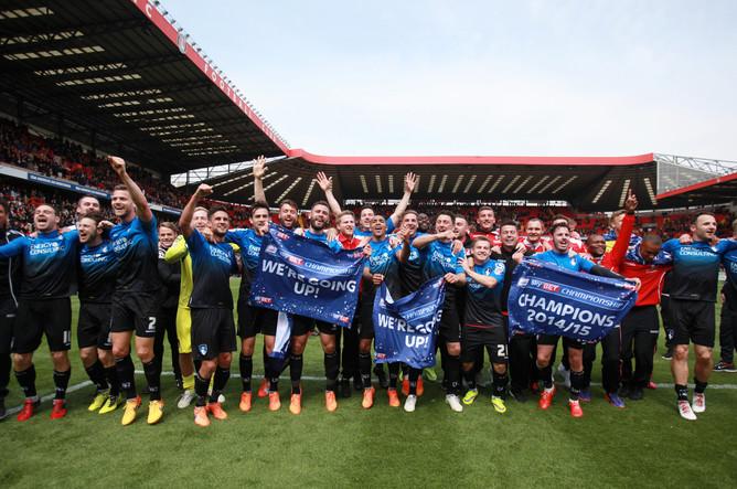 Футболисты «Борнмута» празднуют победу в английском чемпионшипе