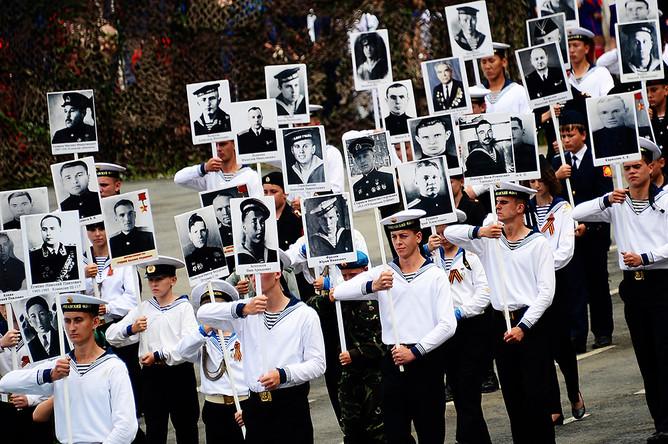 Участники военного парада в рамках празднования Дня Военно-морского флота России на водно-спортивной станции Тихоокеанского флота