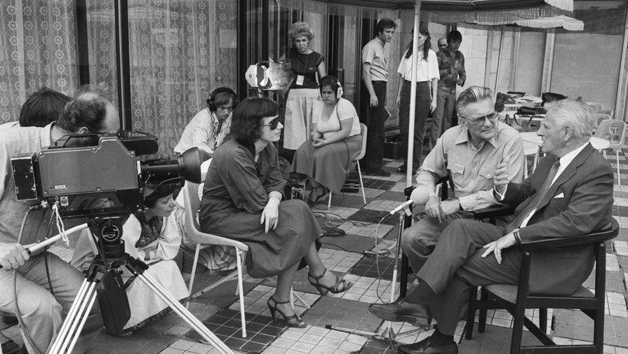 Режиссер Стенли Крамер (США, справа) во время интервью советским журналистам для передачи...