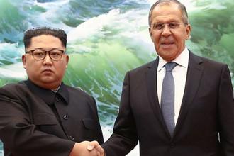 Высший руководитель КНДР Ким Чен Ын и глава МИД России Сергей Лавров во время встречи в Пхеньяне, 31 мая 2018 года