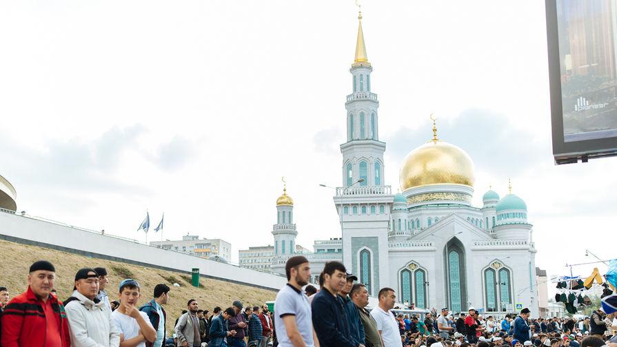 Празднование Курбан-байрама близ Московской соборной мечети, 21 августа 2018 года