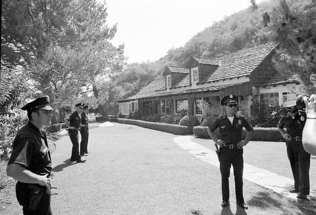 Полиция на месте убийства Шэрон Тейт в Лос-Анджелесе, 9 августа 1969 года