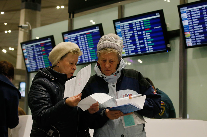 Пассажиры отмененных рейсов проверяют документы в аэропорту Пулково