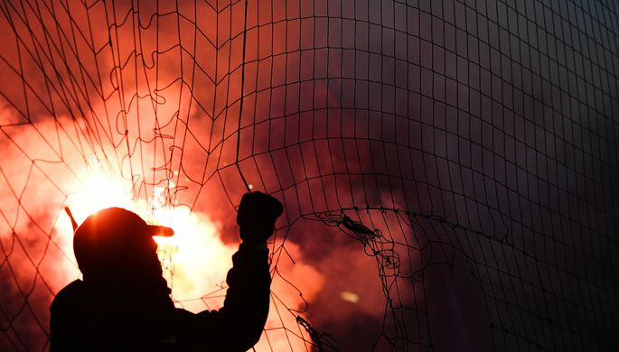 Фанаты жгут файеры во время матча 8-го тура чемпионата России по футболу среди клубов Премьер-лиги между командами ПФК ЦСКА (Москва) и ФК «Спартак» (Москва).
