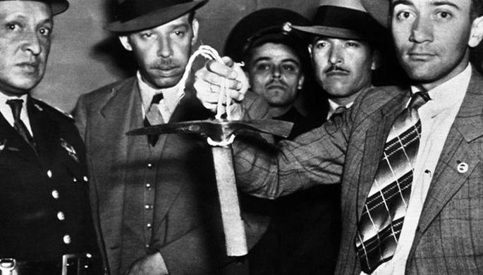 Мексиканские полицейские с ледорубом, которым Меркадер убил Троцкого, 1940 год