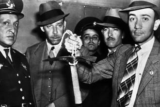 Мексиканские полицейские с ледорубом, которым Меркадер убил Троцкого