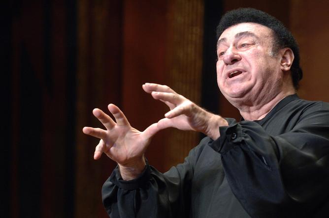 Уроженец Сухуми тенор Зураб Соткилава выступает на концерте, посвященном памяти погибших в грузино-югоосетинском конфликте в августе прошлого года, в Большом зале Московской консерватории, 2009 год