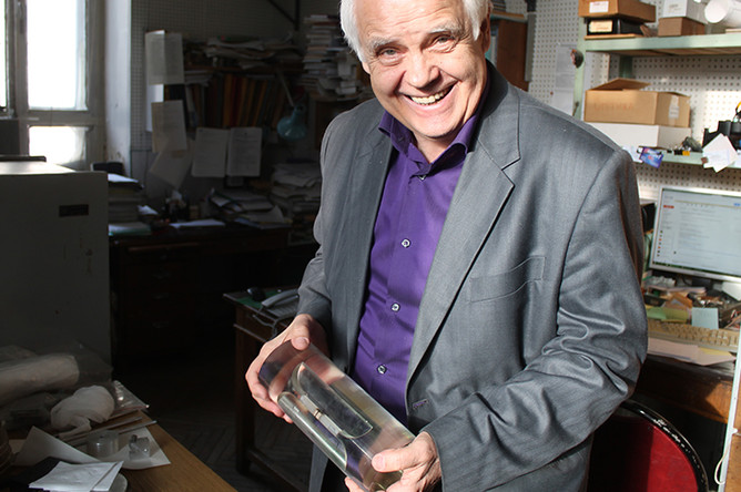 Профессор МГУ Валерий Митрофанов держит одну из первых твердотельных антенн из сапфира
