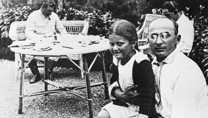 Лаврентий Берия с дочерью Иосифа Виссарионовича Сталина Светланой, 1934 год