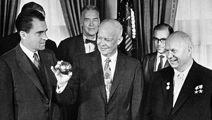 Глава советской делегации в США, 1-й секретарь ЦК КПСС, Председатель Совета Министров СССР Н.С.Хрущев (слева), вице-президент США Р.Никсон (справа) во время вручения президенту США Д.Эйзенхауэру (в центре), копии вымпела, доставленного на Луну советской космической ракетой, сентябрь 1959 года