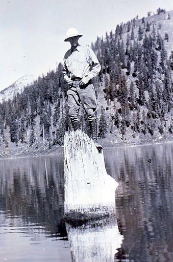 Рейнджер, стоящий на пне. 1930-е годы.