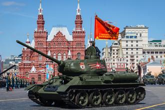 Танк Т-34-85 на генеральной репетиции военного парада в Москве, 7 мая 2017 года