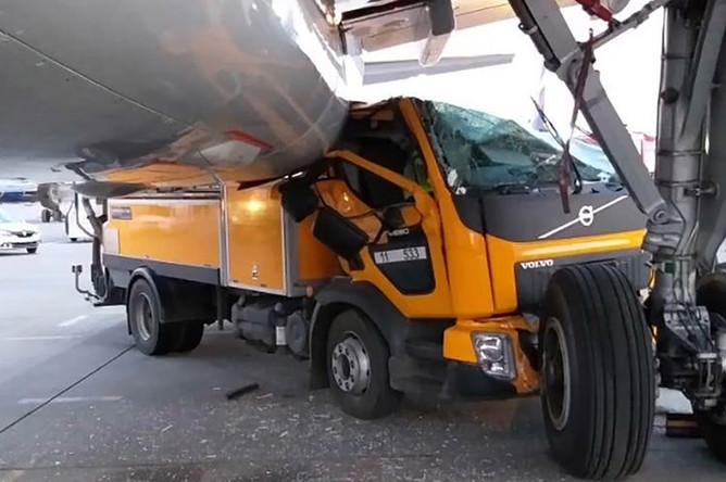 На месте столкновения автомобиля технических служб и пассажирского самолета Boeing в Шереметьево, 2 мая 2019 года
