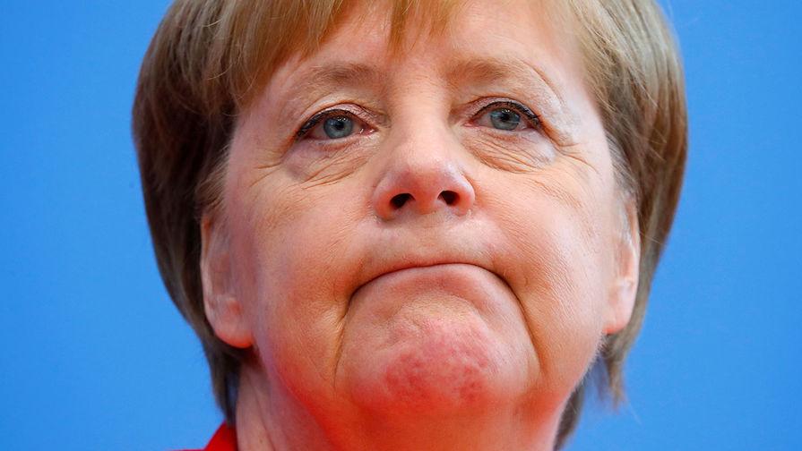 Меркель после отпуска снова сидя слушала гимн