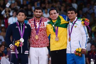 Арсен Галстян (второй слева) — первый российский обладатель золотой медали Олимпиады 2012 года