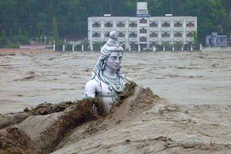 В Индии опасаются эпидемий из-за разлагающихся тел погибших в наводнении