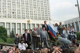 Борис Ельцин с башни танка обращается к народу