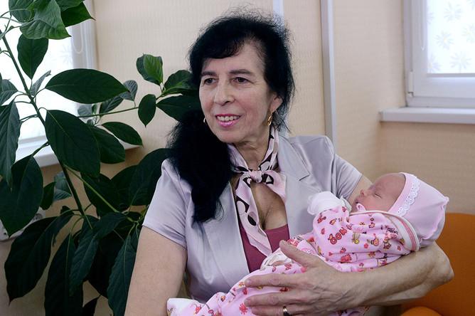 Москвичка Галина, ставшая матерью в возрасте 62 лет, со своей дочерью Клеопатрой общается с журналистами в родильном доме ГКБ №15 в Москве