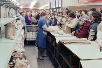 Люди скупают посуду в магазине Вильнюса, 27 апреля 1990 года